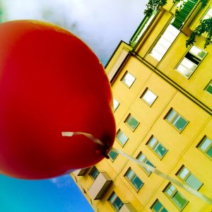 En röd ballong