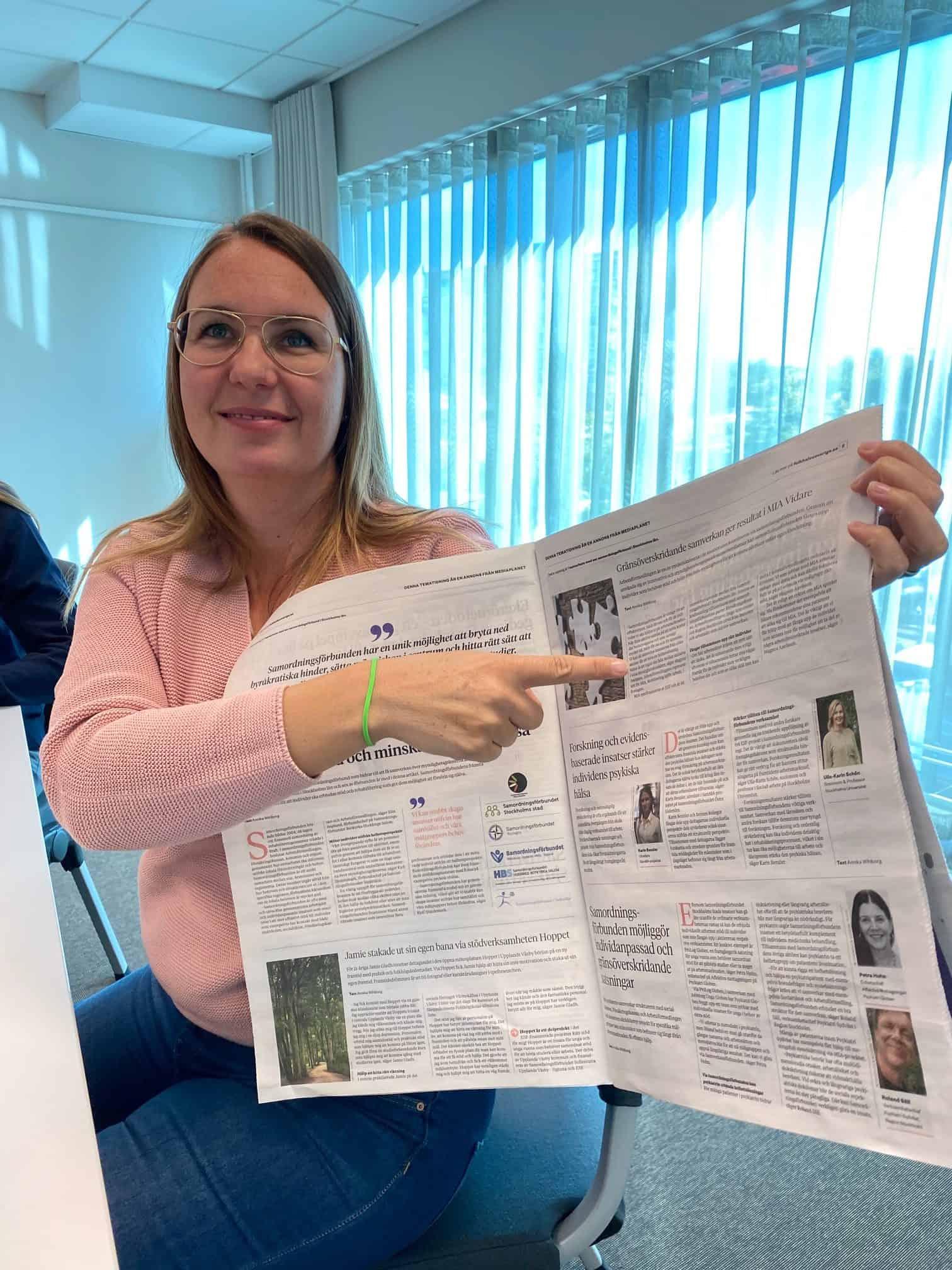 Kvinna med tidning